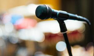 studio-mikrofon-hintergrund-4T4HVU6